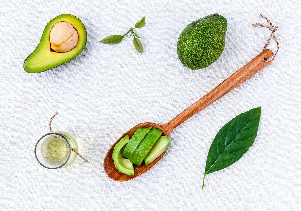 Uleiul de avocado, o alternativa sanatoasa pentru ingrijirea pielii in sezonul cald