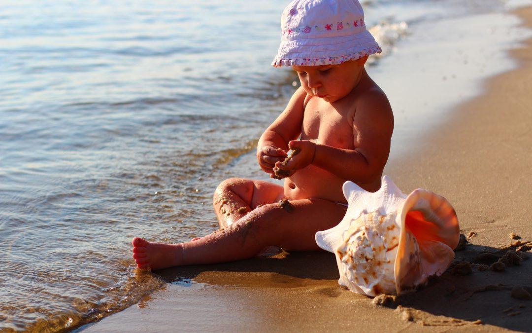Protectia solara pentru copii poate scadea riscul aparitiei cancerului de piele cu pana la 40%