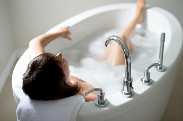 De ce sa punem sare epsom, bicarbonat de sodiu, sare de mare si uleiuri esentiale in apa de baie?